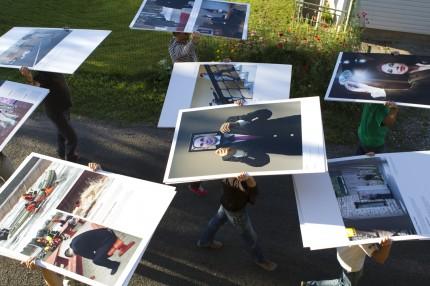 Eesti Pressifoto aastanäitus rändab Kasepää külarahvale ja külalistele vaatamiseks peatänavale. Foto: Annika Haas